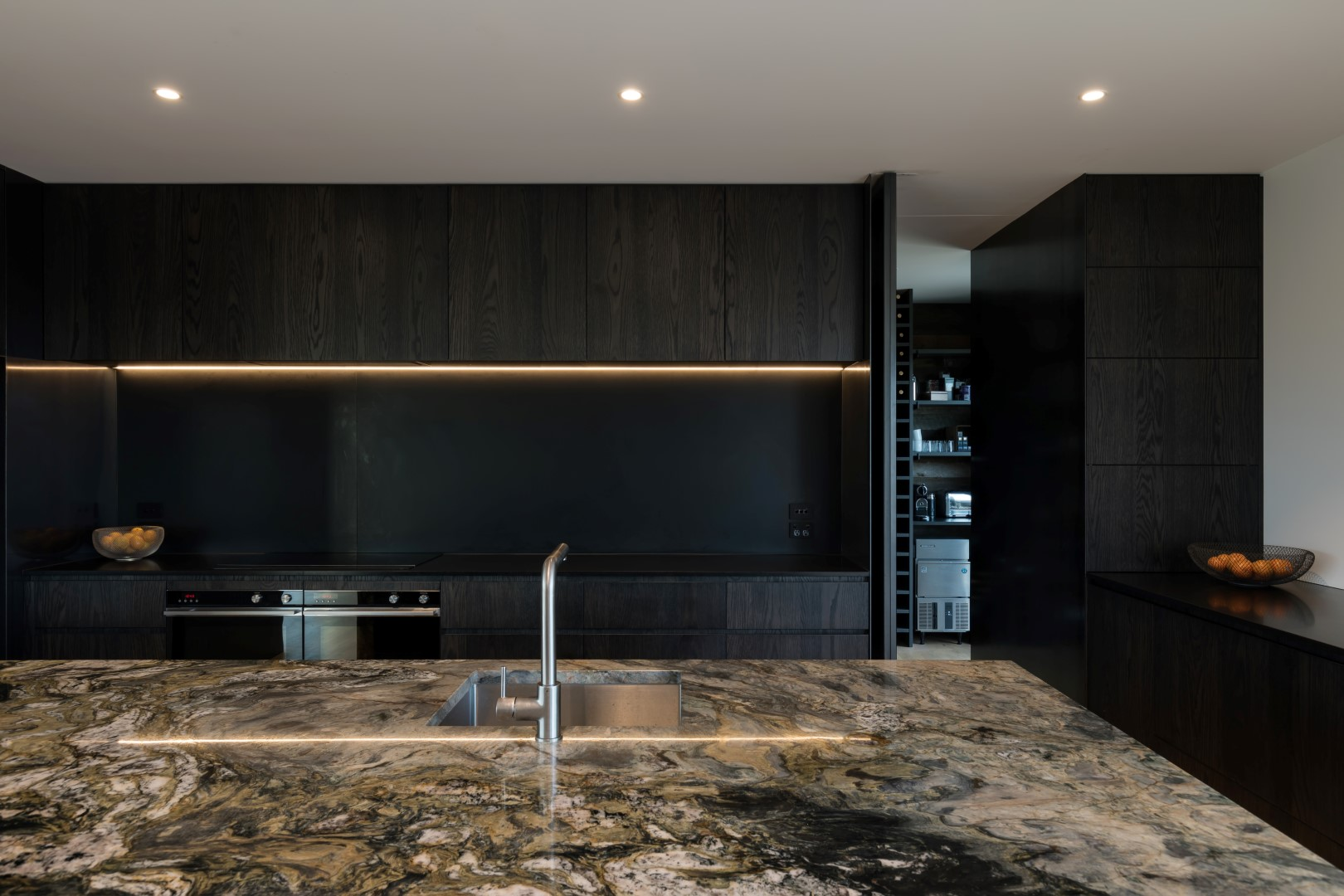 kumeu-residence-arcline-architecture-solid-stone-island-steel-splashback-led-lights (2)