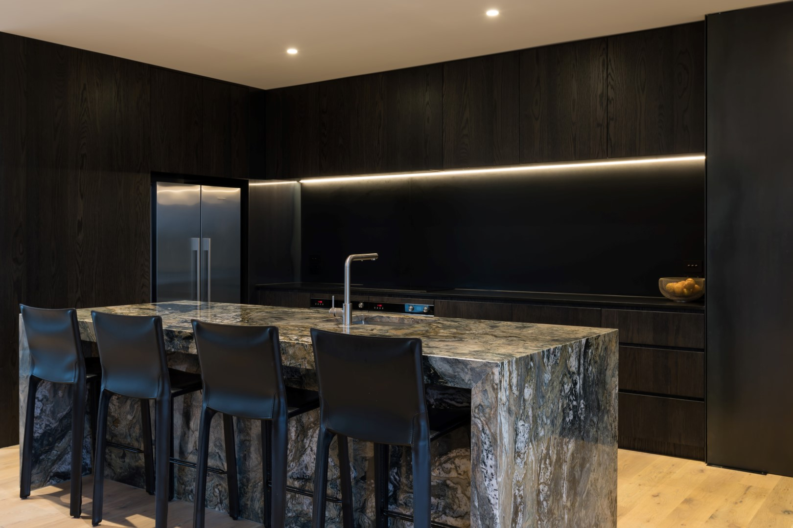 kumeu-residence-arcline-architecture-solid-stone-island-steel-splashback-led-lights